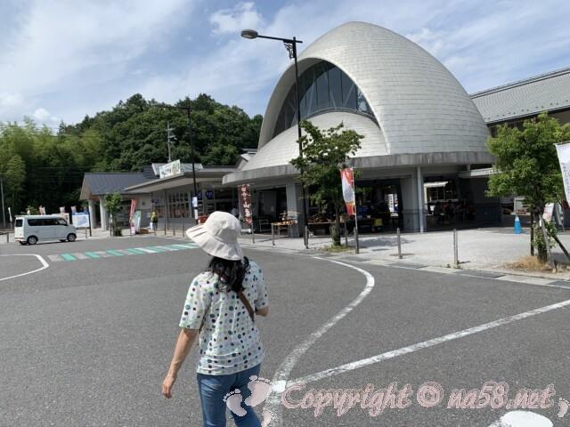 「道の駅 竜王かがみの里」滋賀県蒲生郡 施設前と駐車場