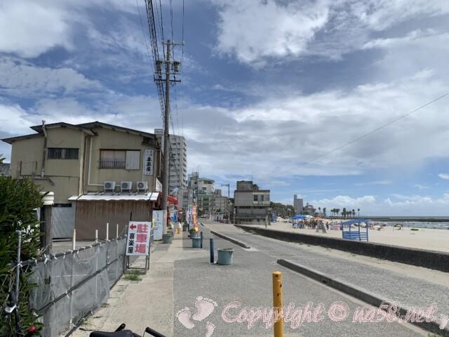 内海海水浴場(愛知県南知多町)の海岸沿いの海の家や売店