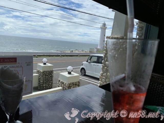 野間灯台(愛知県美浜町)の南にあるカフェレストランNOANOAの窓からの景色