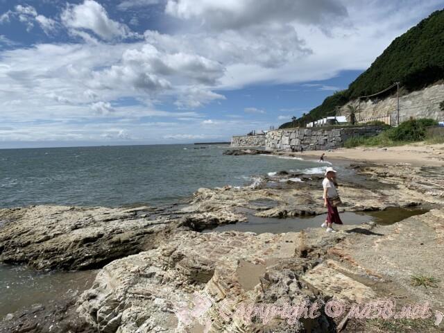野間灯台(愛知県美浜町)のふもとは海岸