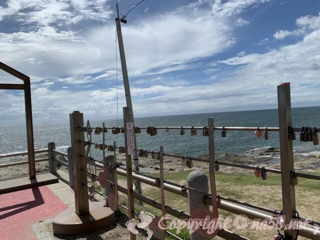 野間灯台(愛知県美浜町)南京錠のかかるモニュメント